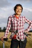 妇女在有自行车的- 03公园 图库摄影