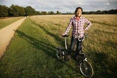 妇女在有自行车的- 05公园 库存照片