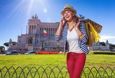 妇女在有购物袋的罗马谈话在手机 免版税图库摄影