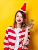 妇女在有超级市场推车的圣诞老人帽子 免版税库存图片