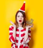妇女在有超级市场推车的圣诞老人帽子 库存照片