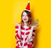 妇女在有超级市场推车的圣诞老人帽子 免版税库存照片