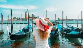 妇女在有长平底船的威尼斯在口岸,假日 免版税库存图片