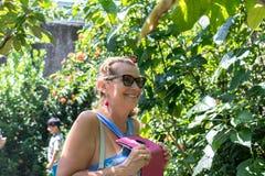 妇女在有蝴蝶的公园 巴厘岛的,印度尼西亚蝴蝶庭院 库存图片