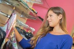 妇女在服装商店 免版税库存照片