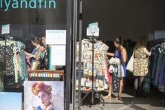 妇女在服装店选择穿戴 免版税库存图片