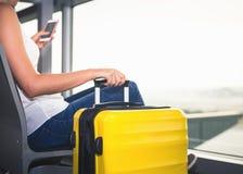妇女在机场终端运载您的行李 免版税库存图片