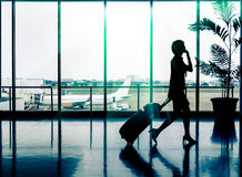 妇女在机场-乘客的剪影 库存照片