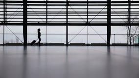 妇女在机场终端 库存图片
