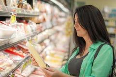 妇女在杂货店 免版税图库摄影