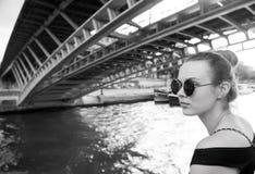 妇女在桥梁下在巴黎,法国 库存照片