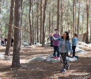 妇女在森林里学会投掷矛在重建`北欧海盗村庄`出售访客装饰在本Shemen附近我 免版税库存图片