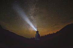 妇女在森林里站立并且指向银河 库存图片