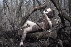 妇女在森林里 免版税库存图片