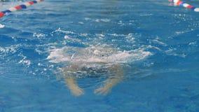 妇女在水池呼吸空气并且淹没在水面下 股票录像