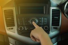 妇女在汽车收音机的新闻buttom 库存图片