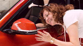 妇女在汽车镜子看  库存照片