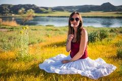 妇女在河附近喜欢不可思议的领域的一位神仙 年轻woma 免版税库存照片