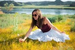 妇女在河附近喜欢不可思议的领域的一位神仙 年轻woma 库存图片