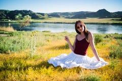 妇女在河附近喜欢不可思议的领域的一位神仙 年轻woma 库存照片