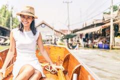 妇女在浮动市场,曼谷上 库存图片