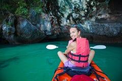 妇女在海洞划皮船在Krabi岸,泰国 免版税库存照片