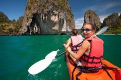 妇女在海洞划皮船在Krabi岸,泰国 图库摄影