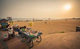 妇女在海滩区域的卖烤坚果 免版税库存照片