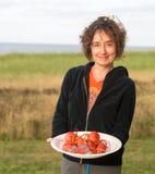 妇女在海滩的服务龙虾 库存照片
