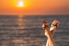 妇女在海的`脚在日出期间 库存照片