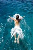 妇女在海运游泳 库存照片