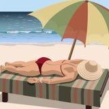 妇女在海滩晒日光浴 免版税图库摄影