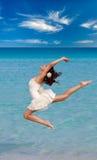 妇女在海滩跳舞 库存照片