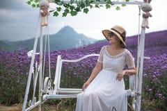 妇女在淡紫色主题乐园 免版税库存图片
