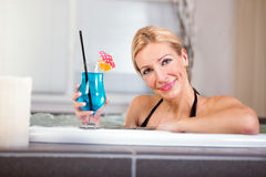妇女在温泉中心的享用极可意浴缸 免版税库存照片