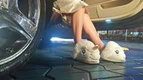 妇女在滑稽的拖鞋的` s腿 库存图片