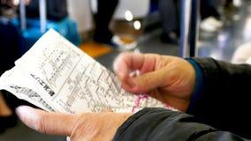 妇女在火车的大幅折叠地图 股票录像