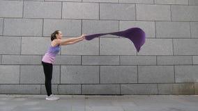 妇女在灰色都市城市背景滚动单独的瑜伽席子 自由、健康和瑜伽概念 关闭射击 影视素材