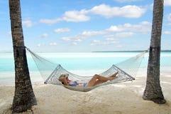 妇女在热带海岛上的旅行假期时放松 免版税图库摄影