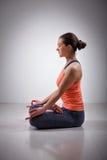 妇女在瑜伽asana Padmasana莲花姿势思考 库存图片