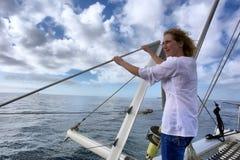 妇女在甲板突出 免版税库存图片