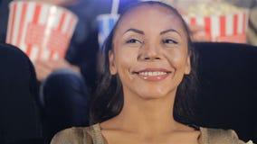 妇女在电影院微笑 股票录像