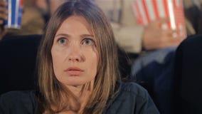 妇女在电影院观看恐怖 股票视频
