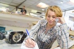 妇女在电话的小船建设者 免版税库存图片