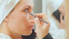 妇女在电话谈在visagist油漆期间她的在美容院的眼睛 影视素材