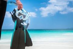 妇女在白色海滩的吊飞翅 免版税库存照片