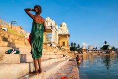 妇女在神圣的湖沐浴 免版税图库摄影