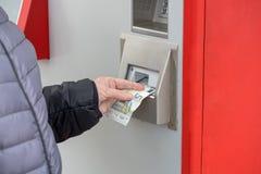 妇女在票机器支付 库存图片