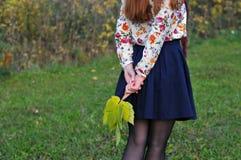 妇女在秋天公园走 图库摄影
