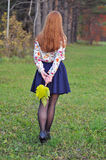 妇女在秋天公园走 库存照片